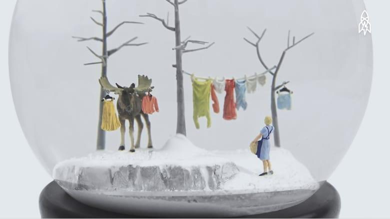 عندما تتحول كرات الثلج الزجاجية إلى فن بعالم مصغّر
