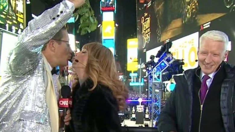 ريتشارد كويست والممثلة كاثي غريفين يتبادلان قبلة العام الجديد