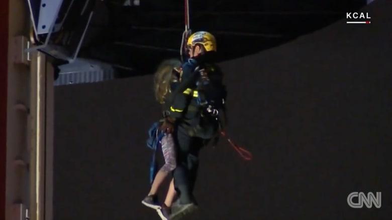 شاهد إنقاذ 21 شخصا علقوا بلعبة على ارتفاع 100 قدم