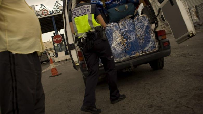 حاولت نقل مهاجر إلى اسبانيا في حقيبة ملابس.. عملية تهريب للبشر غير معتادة