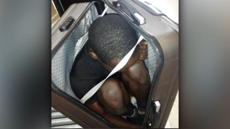الشرطة الاسبانية في سبتة تنقذ مهاجرا وجدته بحقيبة سفر