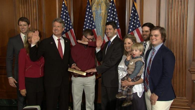"""ابن عضو كونغرس أمريكي يعطل مراسم دستورية.. بحركة """"داب"""""""