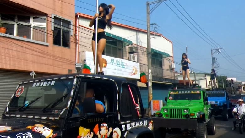 """خمسون """"راقصة عمود"""" وسيارات ملونة.. هل هذه جنازة سياسي في تايوان؟"""