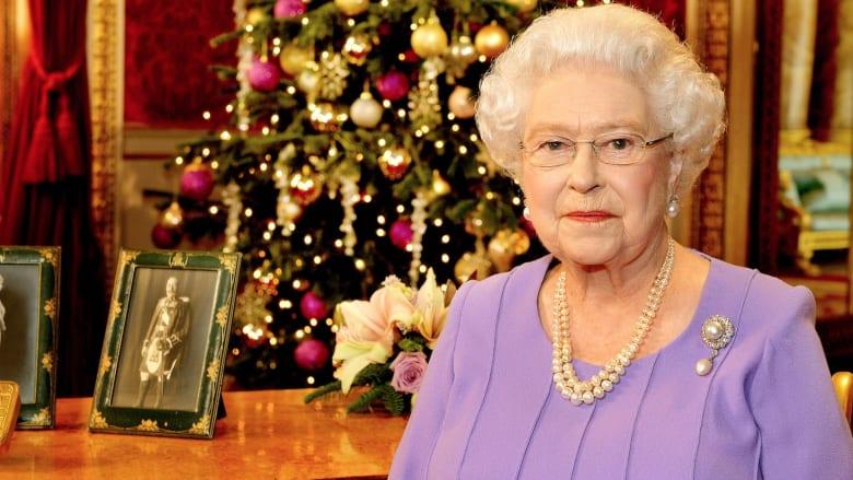 تقرير: حارس كاد يطلق النار على الملكة إليزابيث أثناء تجولها