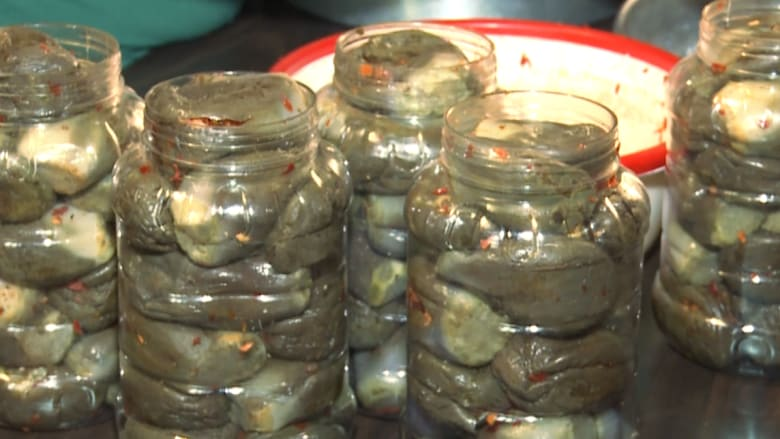 """بالفيديو.. كيف يصنعُ """"المكدوس"""" إحدى أكثر الأكلات السوريّة شعبيةً؟"""