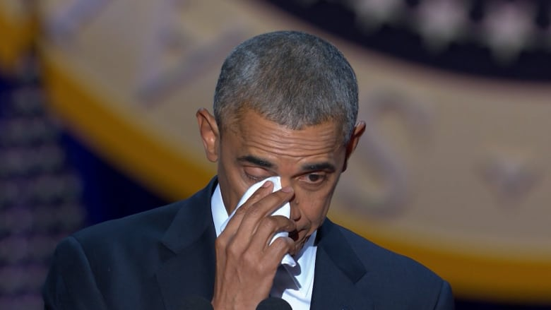 دموع بعيني أوباما وهو يشكر زوجته في خطاب الوداع