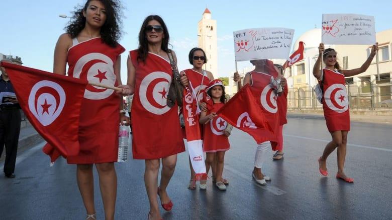 """تشبيه التونسيات بالإيرانيات في """"فرض"""" ارتداء الحجاب يثير احتجاجا في تونس"""