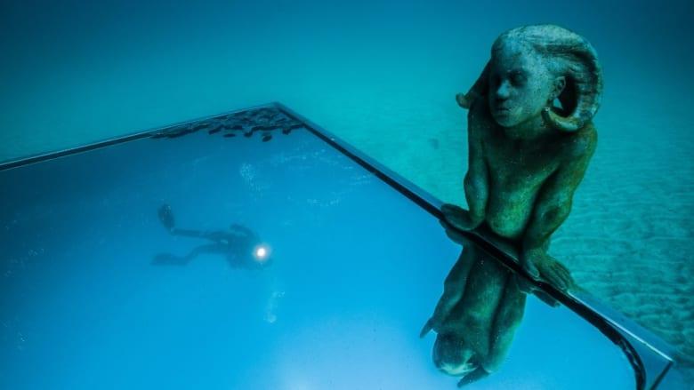 تماثيل تبدو كالأشباح في أول متحف مائي بأوروبا