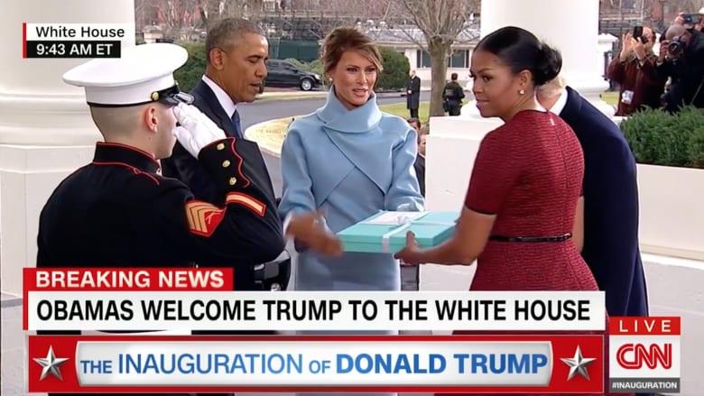 باستقبال الزوجين.. أوباما يبحث عمن يحمل عنه هدية ترامب