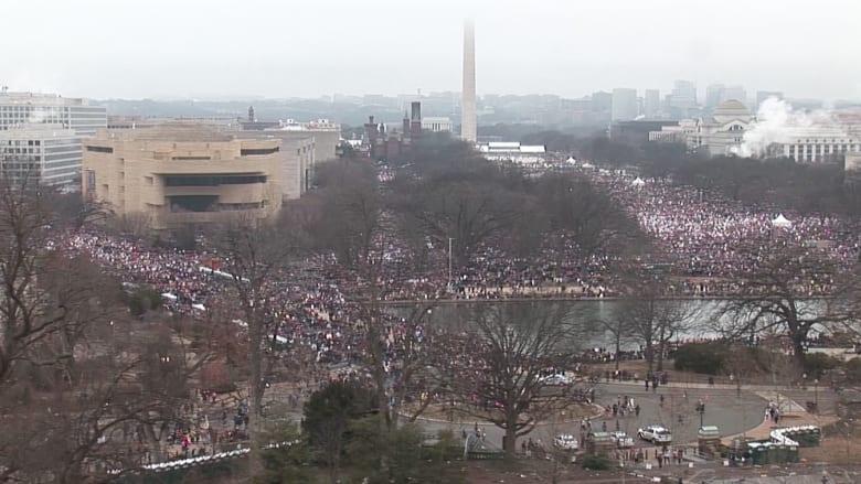 """مئات الآلاف من النساء يعصفن بشوارع أمريكا في مسيرة """"نسائية"""" ضد ترامب"""