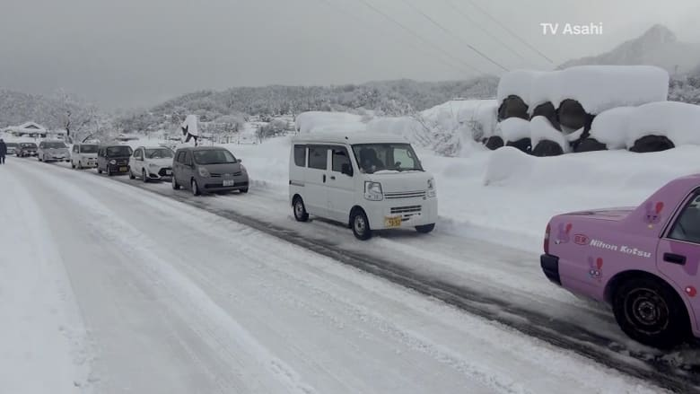 شاهد.. مئات المركبات عالقة في شوارع اليابان بسبب الثلوج