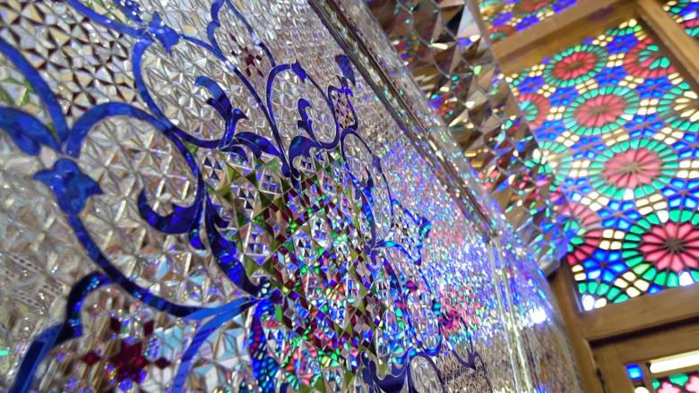 """""""الضوء المقدس"""" في شاه جراغ الإيرانية.. إبهار بصري بنفحة دينية"""
