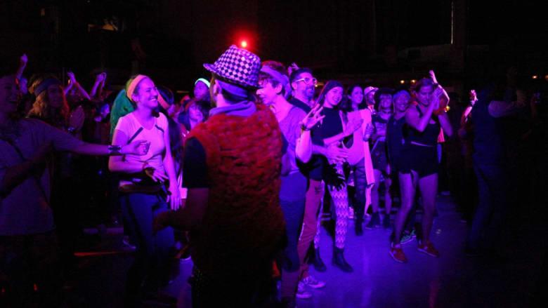 حفلة رقص بالذكاء الاصطناعي مع شروق الشمس بأمريكا