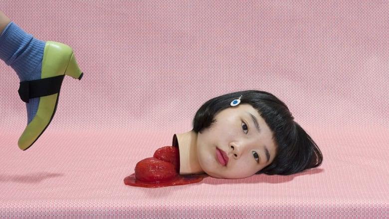 """هذه الفنانة اليابانية """"تتسلى"""" بالدم والأحشاء.."""