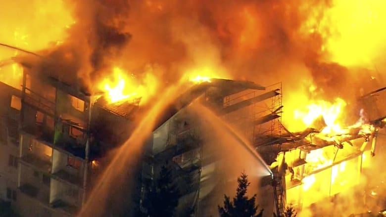 حريق هائل يلتهم مبنى بشكل كامل في واشنطن