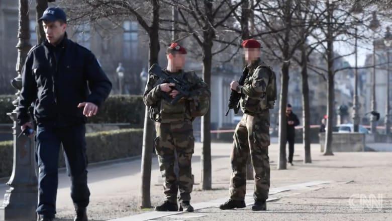 """شرطة باريس: إطلاق النار على مسلح هتف """"الله أكبر"""" قرب متحف اللوفر"""