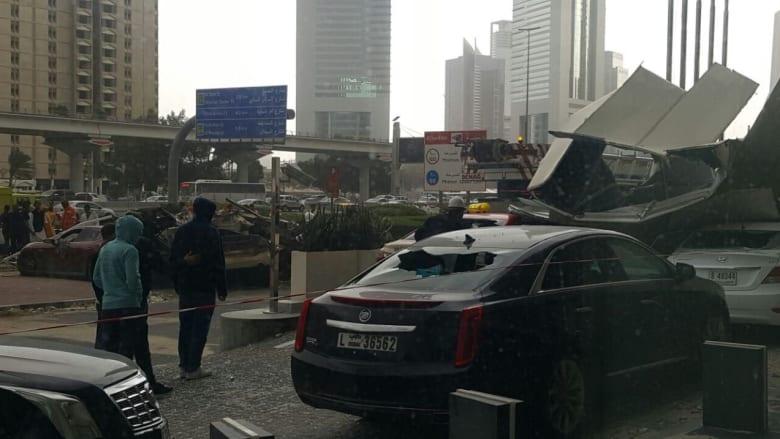 سقوط رافعة في شارع الشيخ زايد في دبي