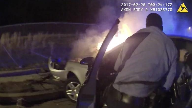 شاهد كيف أنقذ هذا الشرطي سائقا عالقا داخل سيارة مشتعلة!