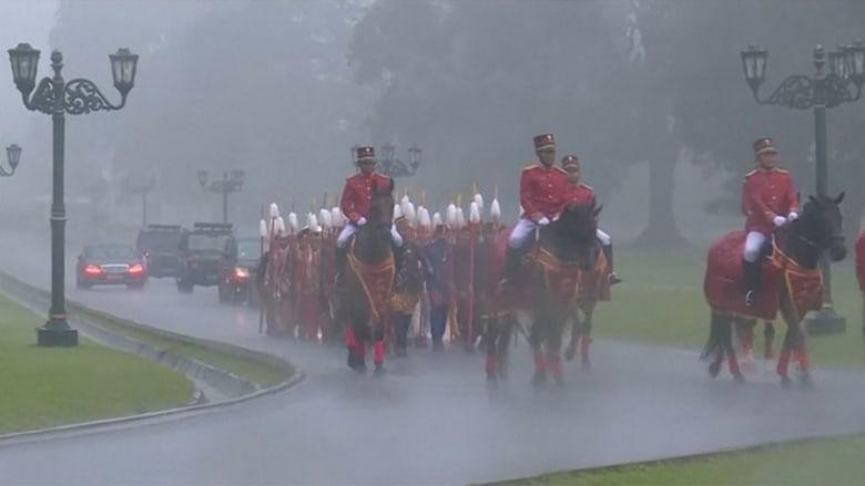 مدافع وخيالة وحشود باستقبال الملك سلمان في إندونيسيا