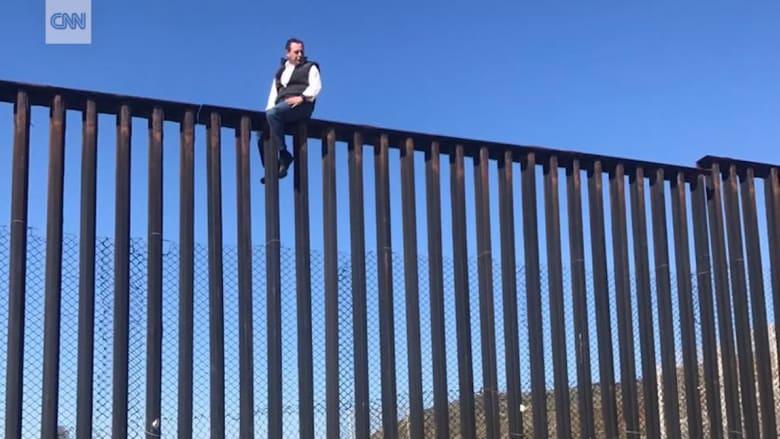 نائب مكسيكي يتحدى ترامب ويتسلق السياج الحدودي