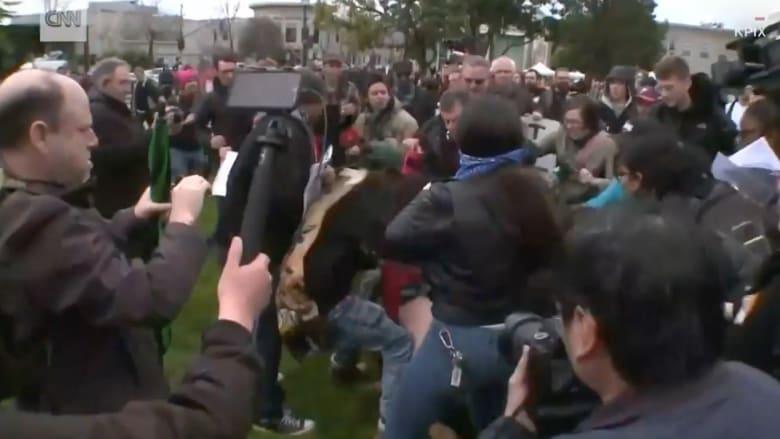 اشتباكات بين متظاهرين معارضين ومؤيدين لترامب