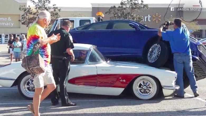 شاهد سيارة تصطف فوق أخرى بمرآب بأمريكا
