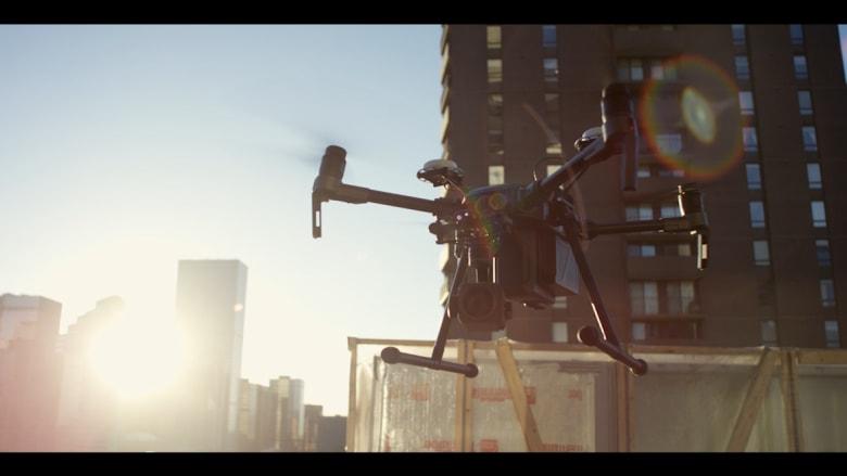 شاهد.. طائرة مسيّرة قابلة للطي وتصور جسماً بطول مليمتر عن بعد 50 متراً