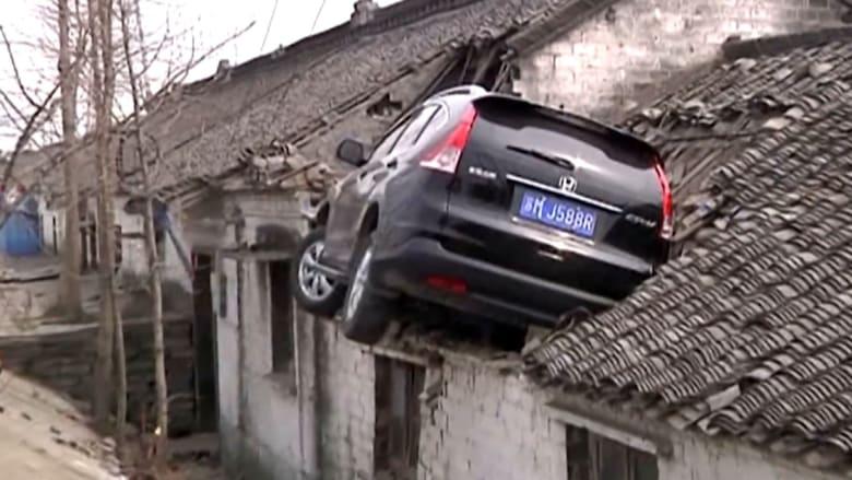 شاهد.. حادث سيارة مميت لكن نهايته سعيدة فوق سطح منزل