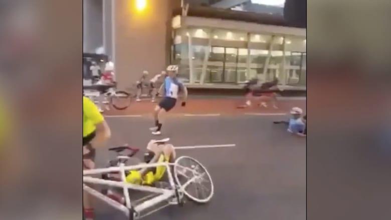 شاهد.. رياح عاتية تباغت سائقي دراجات هوائية