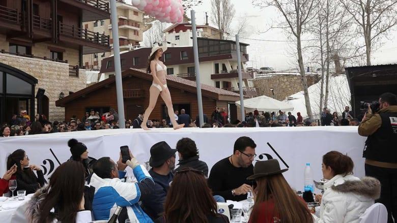 لبنان: عرض أزياء للملابس الداخلية والمايوهات وسط ثلوج فاريا