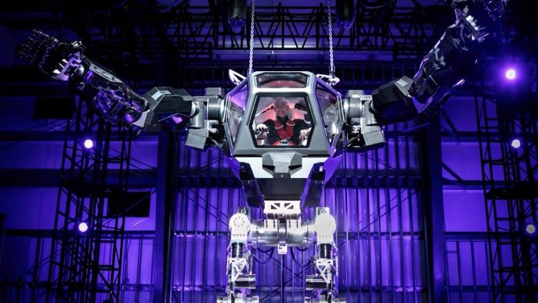 المدير التنفيذي لأمازون يرتدي بذلة روبوتية