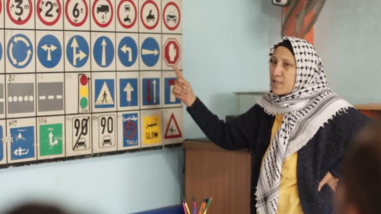 سيدة بغزة تتحدى العادات وتعلم قيادة الشاحنات