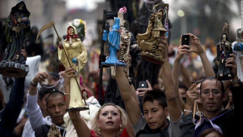 """تعرّف إلى """"قديسة الموت"""" وأتباعها في المكسيك"""