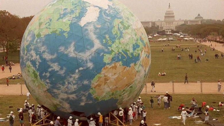 """أثار ضجة واسعة.. ما حقيقة وجود بحث دكتوراه حول """"سطحية الأرض"""" في تونس؟"""