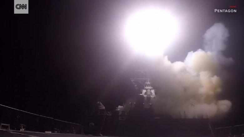 شاهد.. لحظة إطلاق الصواريخ الأمريكية على قاعدة الشعيرات الجوية السورية