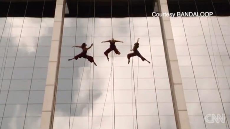 """بالفيديو: فن الرقص على ناطحات السحاب """"تحدي"""" جريء من نوعه"""