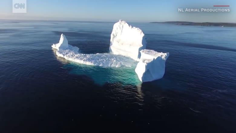 شاهد.. جبل جليدي عملاق يظهر على ضفاف مدينة كندية