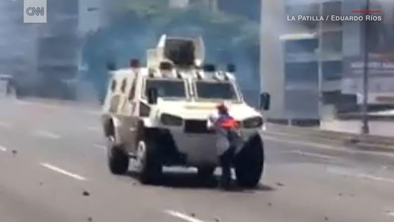 النسخة الفنزويلية من مشاهد ثورة يناير.. متظاهرة تتصدى لمدرعة