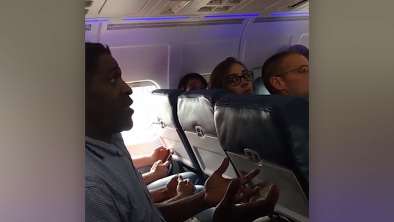 """بالفيديو: طرد رجل من طائرة أمريكية لأنه.. """"استخدم الحمام""""!"""