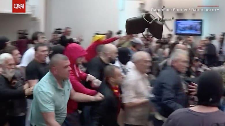 متظاهرون يقتحمون برلمان مقدونيا بعد انتخاب سياسي من أصل ألباني رئيسا له