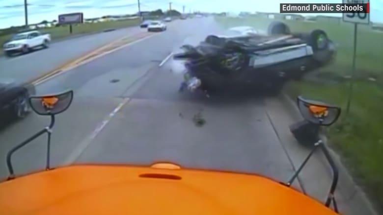 كاميرا حافلة مدرسية تلتقط لحظة وقوع حادث مروع