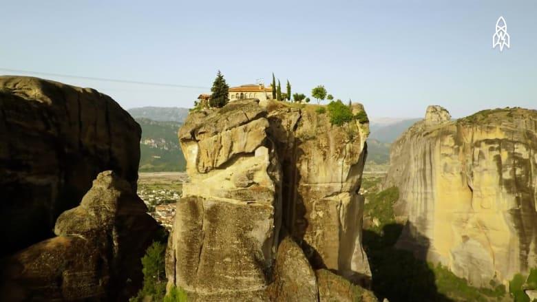 مبان ترتفع فوق الجبال في الطبيعة اليونانية