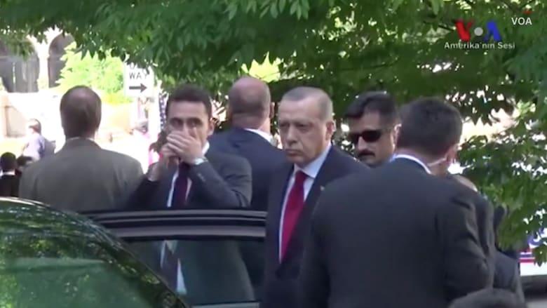 لقطات تظهِر مشاهدة أردوغان للعراك خارج السفارة التركية بواشنطن