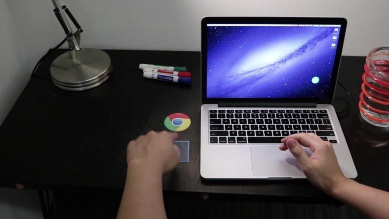 دهان يحوّل أي سطح لشاشة لمس