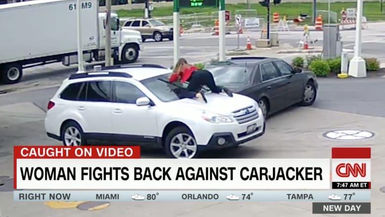 شاهد.. امرأة تقفز فوق سيارتها لاستعادتها من السارق