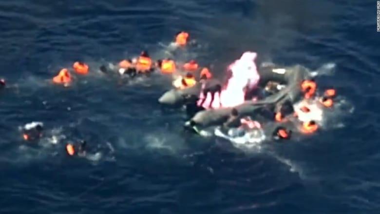 هروب دراماتيكي من قارب مهاجرين مشتعل