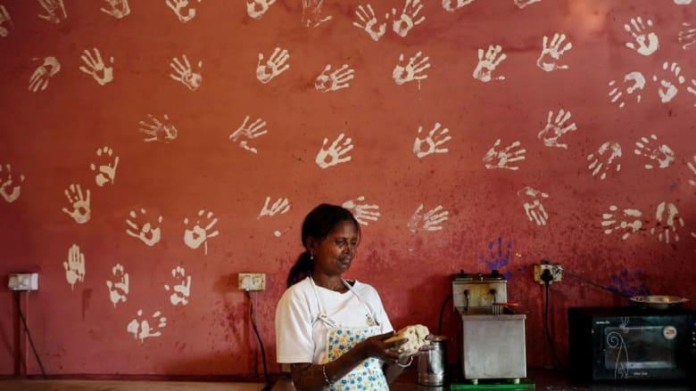 """هذا المقهى يوظف النساء من ضحايا """"الأسيد"""" فقط"""