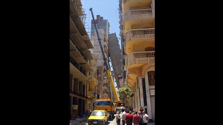 """عقار سكني يسقط وآخر يميل في الإسكندرية.. ورئيس الحي يرجع الأمر لعدم وجود """"خوازيق"""""""