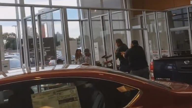 شاهد.. تبادل اطلاق نار مميت داخل متجر للسيارات بأمريكا