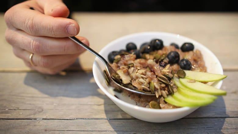 7 خطوات للحفاظ على أسلوب غذاء صحي خلال السفر